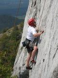 Bergsteiger auf Kalksteinfelsen lizenzfreie stockfotos