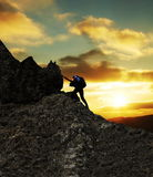Bergsteiger auf Sonnenuntergang lizenzfreie stockbilder
