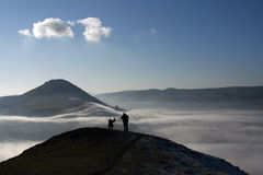 Bergsteiger über dem Nebel Lizenzfreies Stockfoto