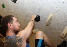 Bergsteiger bereit, Maßnahme zu treffen lizenzfreies stockbild