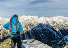 Bergsteiger bewundert die Berge lizenzfreies stockbild