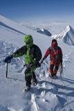 Bergsteiger in den Alpenbergen Stockfotos