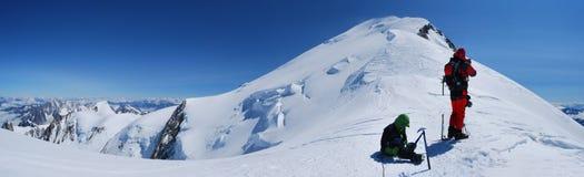 Bergsteiger in den Alpenbergen Lizenzfreie Stockfotografie