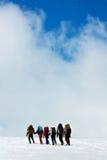 Bergsteiger in den Winterbergen Lizenzfreie Stockfotos