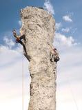 Bergsteiger in der Aktion, junge Frau und Mannklettern Stockbilder