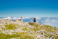 Bergsteiger, der auf den Berg Peski geht Stockfotos