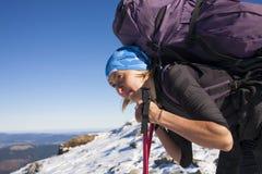 Bergsteiger, der auf der Steigung stillsteht Lizenzfreies Stockbild