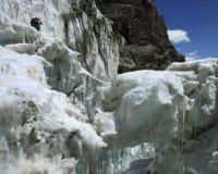 Bergsteiger, der auf einer großartigen Gletscherspalte mit einem thi anstarrt lizenzfreie stockfotografie