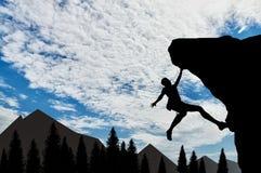 Bergsteiger, der auf Felsen auf Hintergrund des Gebirgstages klettert Lizenzfreie Stockfotografie