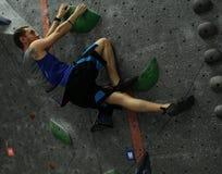 Bergsteiger, der auf grünen Griffen kennzeichnet lizenzfreies stockfoto