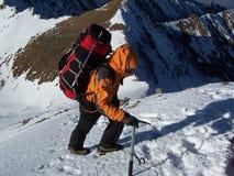 Bergsteiger, der das Gipfel erreicht Stockfotografie