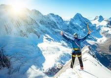 Bergsteiger, der das Gipfel erreicht Stockbild