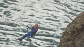 Bergsteiger, der die Schlucht auf einem Seil kreuzt stock footage
