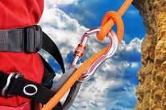 Bergsteiger, der ein Seil klettert stockbilder