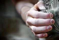 Bergsteiger, der ein zum künstlichen Einfluss hängt Lizenzfreies Stockfoto
