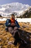 Bergsteiger, der eine Pause in der Sonne macht stockbild