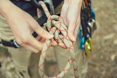 Bergsteiger, der eine Tabelle acht Knoten tut Lizenzfreie Stockfotos