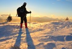 Bergsteiger, der in einem Wind steht Stockfotografie