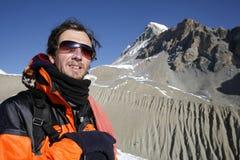 Bergsteiger, der einen Berg betrachtet Lizenzfreies Stockfoto