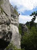 Bergsteiger, der einen Felsen klettert Lizenzfreie Stockfotos