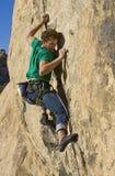Bergsteiger, der einer Klippe anhaftet. Lizenzfreies Stockbild