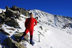 Bergsteiger, der fertig wird, eine Spitze in Retezat-Bergen, Rumänien zu erobern Stockbilder
