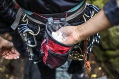 Bergsteiger der jungen Frauen, der Magnesium in ihrer Hand hält Lizenzfreie Stockfotografie