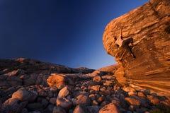 Bergsteiger, der in Richtung zur Oberseite erreicht Lizenzfreie Stockfotografie