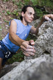 Bergsteiger, der sich vorbereitet zu springen lizenzfreie stockfotografie