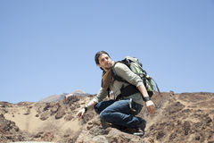 Bergsteiger in der Spitze eines Felsens Lizenzfreies Stockbild