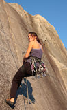 Bergsteiger, der unten geht lizenzfreie stockfotos