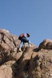 Bergsteiger, der unten schaut Stockbilder