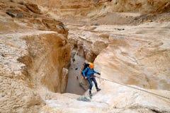 Bergsteiger, der vom trockenen Wasserfall rappelling ist Stockbilder