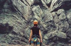 Bergsteiger, der vor Steinfelsen steht Lizenzfreie Stockfotos
