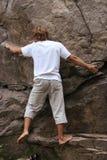 Bergsteiger, der zum nächsten Schritt auf seiner Weise sich vorbereitet stockfoto