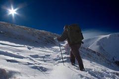 Bergsteiger, der zur Oberseite geht Lizenzfreies Stockfoto