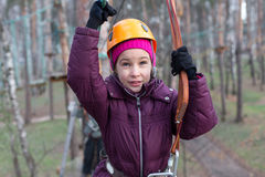 Bergsteiger des kleinen Mädchens ist zum Durchgang bereit Stockfotografie