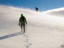 Bergsteiger, die im schweren Wind ascensing sind Stockfoto