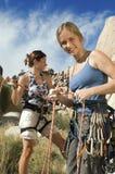 Bergsteiger, die Seile vor Aufstieg binden stockfoto