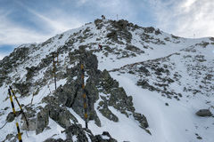 Bergsteiger, die unten in den Berg von Rila gehen Lizenzfreie Stockfotos