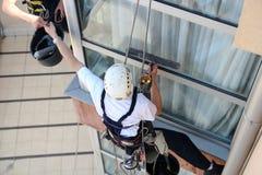 Bergsteiger, die Windows waschen Stockfoto