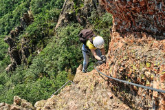 Bergsteiger ein über ferrata Stockfotografie