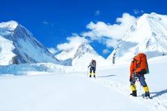 Bergsteiger erreicht den Gipfel der Bergspitze Erfolg, Freiheit und Glück, Leistung in den Bergen Kletterndes Sportkonzept stockfoto