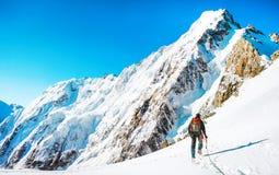 Bergsteiger erreicht den Gipfel der Bergspitze Klettern und mounta lizenzfreie stockfotografie