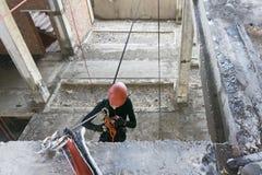 Bergsteiger gehangen an Seile stockbild