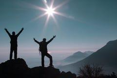 Bergsteiger am Gipfel Stockfotos