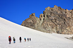 Bergsteiger im schneebedeckten Berg Stockfotos