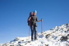 Bergsteiger ist auf der Steigung Stockfotografie
