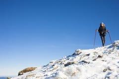 Bergsteiger ist auf der Steigung Lizenzfreies Stockfoto
