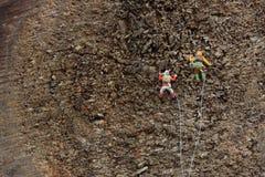 Bergsteiger klettern den Berg lizenzfreie stockbilder